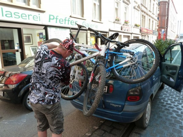 Mountainbikes am Auto verladen
