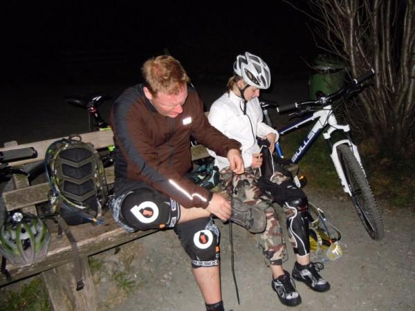 Nightrider 2011 - Auf dem Feldberg weden die Protektoren angezogen
