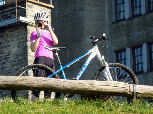 Redaktionskücken fotografiert Trailscout Sascha auf der Feldbergtreppe