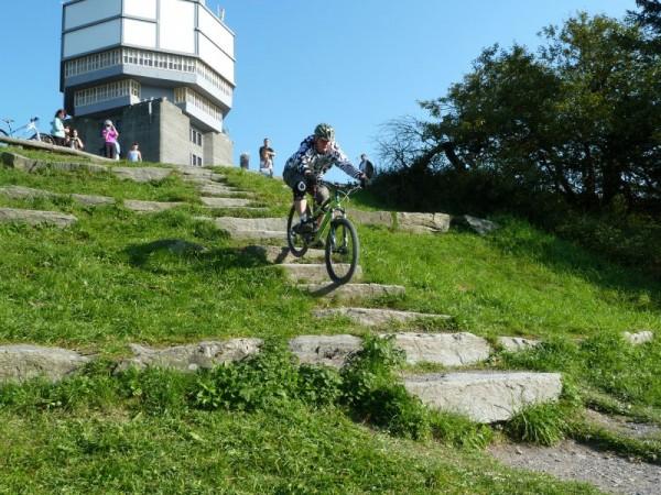 Trailscout Sascha fährt mit dem Specialized Enduo Comp auf dem Feldberg die Treppe