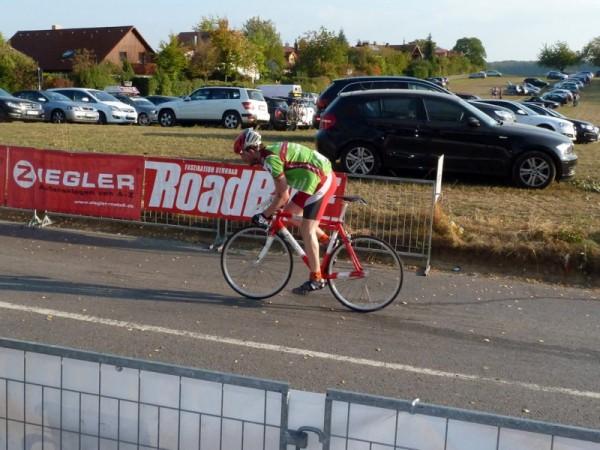 17:15 Uhr - Nico Boldt beim Charity Bike Cup in vor dem Ziel in Runde 5
