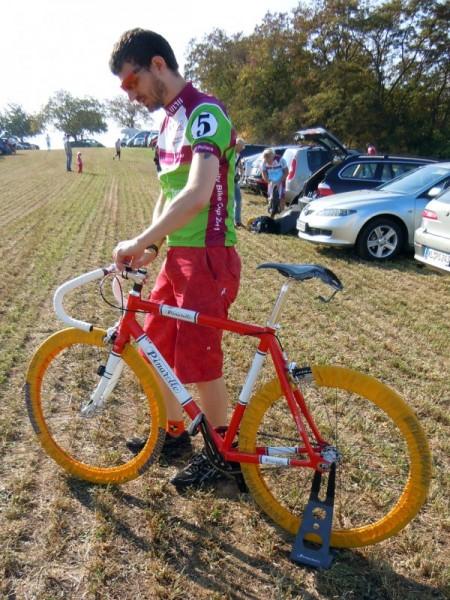 Nico Boldt bei den letzten Voebereitungen seines Pinarello lungavita für den Lila Logistik Charity Bike Cup 2011