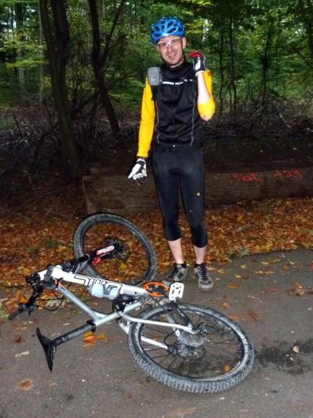 Nico Boldt Sturz mit dem BMC Trailfox 02 beim Night Rider am Mitwoch